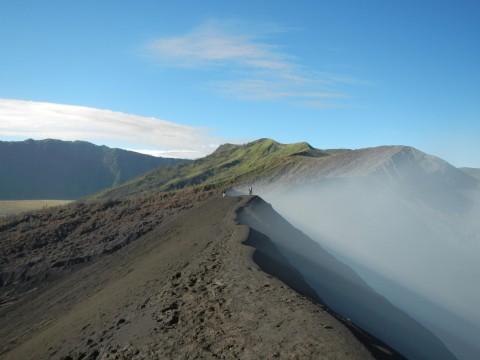 Pad langs de krater van Bromo